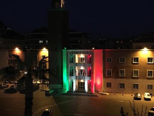 Ventimiglia: da ieri sera la facciata del Comune è illuminata con il tricolore in questo difficile momento (Foto)