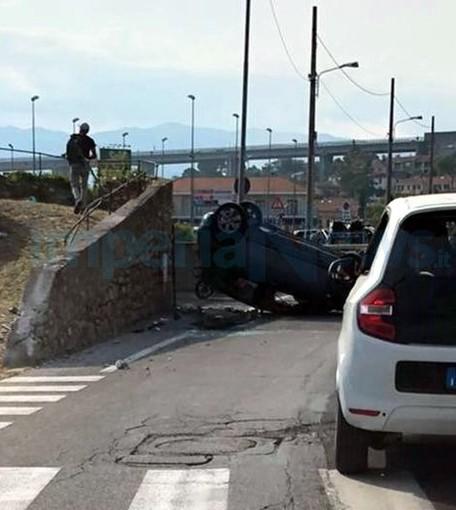 Imperia: si capotta con l'auto in Caramagna, conducente lievemente ferito e portato in ospedale (Foto)