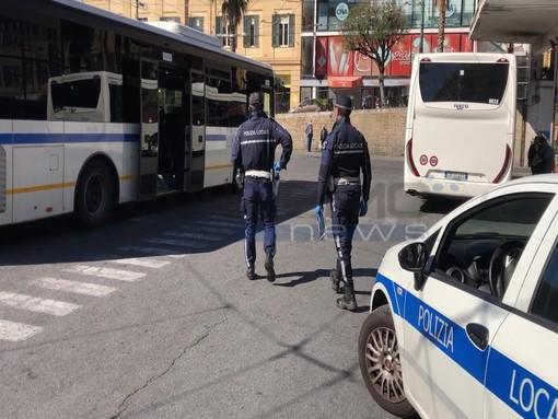 Fase 2 e trasporto pubblico: controlli della Polizia Locale sui mezzi a Sanremo (foto e video servizio)
