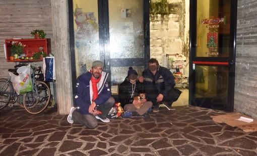 Sanremo: 4 clochard dormono sempre sulle scale della stazione, Amministrazione comunale vicina alla soluzione (Foto e Video)