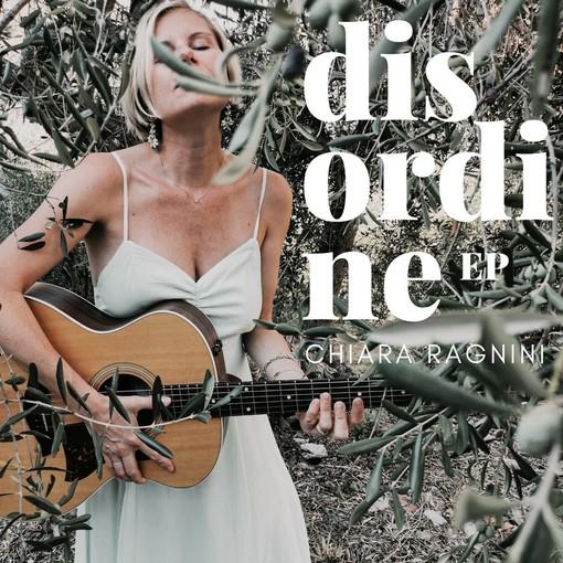 La cantautrice di Lingueglietta Chiara Ragnini e il suo 'Disordine': il nuovo EP è un ritorno all'intimità