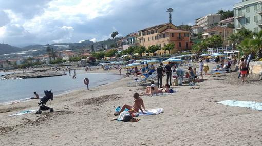 Santo Stefano al Mare: controlli della Guardia di Finanza sulla spiaggia, verificati diversi venditori (Foto)