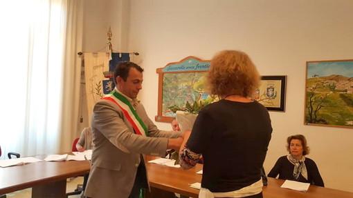 Il sindaco Massimo Di Fazio mentre consegna lo stemma del Comune a Karin Rauer,