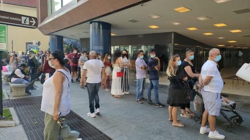 Sanremo: anche stasera lunghe code al Palafiori per la 'Open night' vaccinale, tutti a caccia del 'Green pass' (Foto)