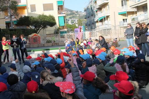 Sanremo: consegnate le borracce 'plastic free' agli alunni della 'Casa dei bambini' e della 'Montessori' (Foto)