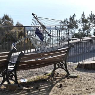 Sanremo: degrado ai giardini ed un carrello 'seduto' sulla panchina sotto la Madonna della Costa (Foto)