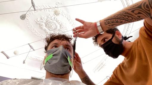 """Sanremo: dal parrucchiere in piena Fase2 """"Ci sentiamo importanti, è bello vedere le persone felici"""" (Video)"""