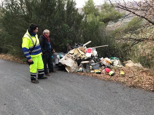 San Bartolomeo al Mare: scoperta questa mattina una discarica abusiva di rifiuti in via Cà de Mai (Foto)