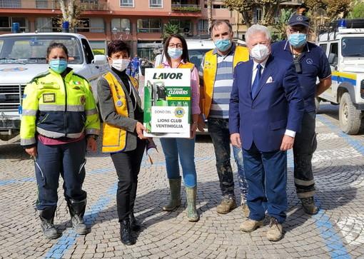 Ventimiglia: anche i Lions impegnati nell'aiutare la città, forti braccia e anche una idropulitrice (Foto)