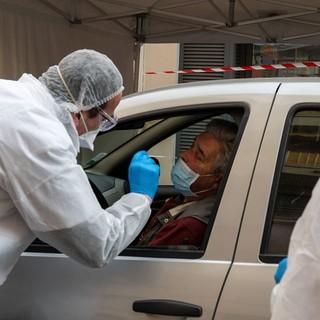 Dalla Francia: a Mentone il comune chiude una strada per consentire il 'drive test' al Coronavirus'