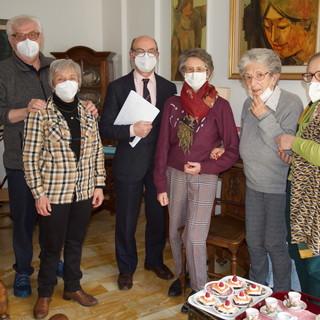La donazione all'AIFO e, sotto, la Prof. Larcher e un autoritratto di Bernardo Asplanato
