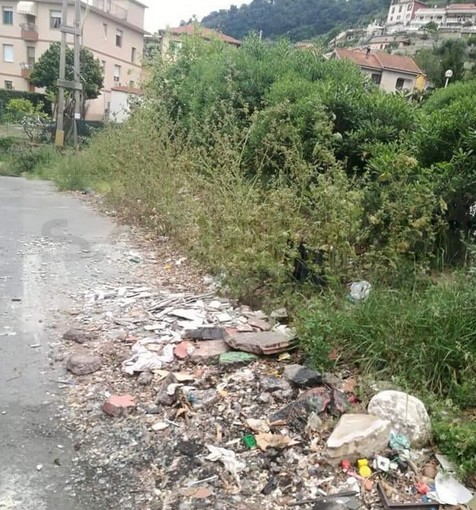 Ventimiglia: degrado alle Gallardi, discariche abusive, impianti distrutti e c'è anche chi si installa cancelli nelle scale condominiali