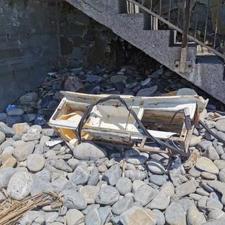Sanremo: degrado e sporcizia in una spiaggia libera di zona 'Tre Ponti', la segnalazione di una lettrice (Foto)