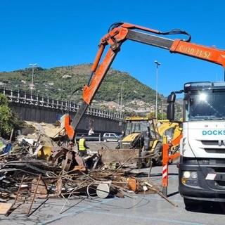 Ventimiglia: demolito dopo 30 anni il magazzino abusivo che sorgeva nella zona dell'ex dogana (Foto)