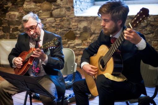 Il 'Duo Pizzicante' in concerto a Bajardo: Freddy Colt porta il mandolino sul colle dei druidi