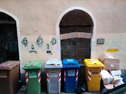 Imperia: degrado ed errato conferimento dei rifiuti in vico Costanzo, 'oscurato' anche il vecchio pozzo restaurato (Foto)