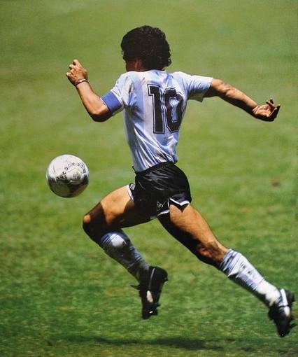 Oggi il calcio piange. È morto Diego Armando Maradona, simbolo di uno sport, di una città intera, di tutti i ribelli