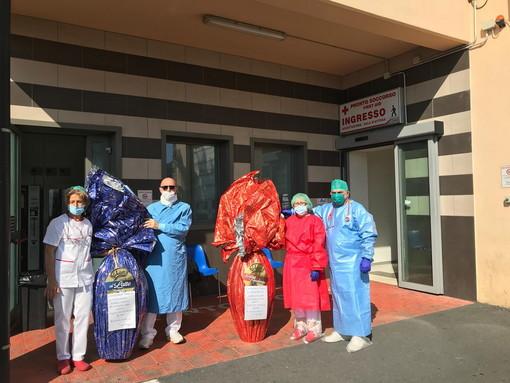 Coronavirus: Pasqua di solidarietà all'ospedale di Sanremo, dipendenti Carrefour regalano uova e colombe (foto e video)