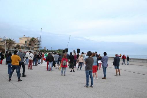 Sanremo: un centinaio di persone alla manifestazione 'Dilettanti allo sbaraglio' del Movimento Imprese (Foto e Video)