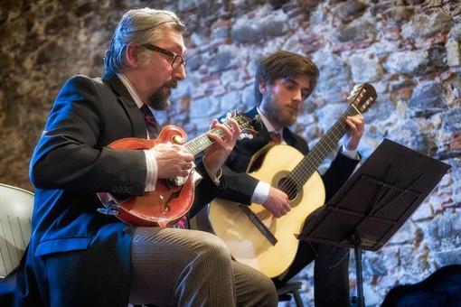 Sanremo: domani incontro culturale al Palafiori, il Duo Pizzicante di Freddy Colt intermezza Carlo Lucarelli