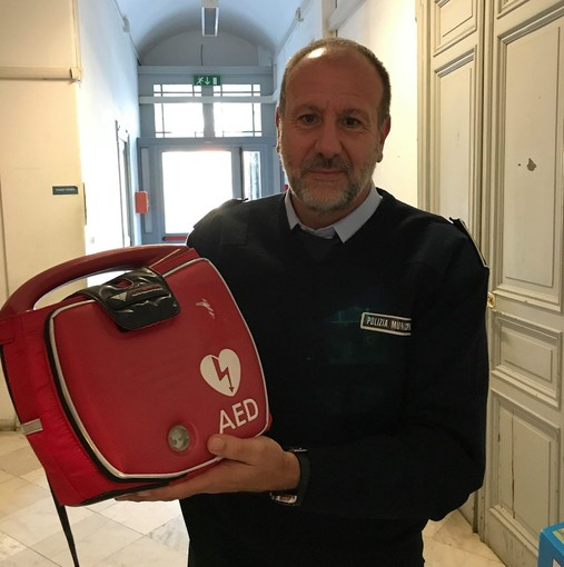 Il defibrillatore riconsegnato all'associazione 'Nuovo Ritmo nel Cuore'