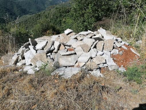 Discarica abusiva di 'zetto' tra Apricale e Bajardo: interviene Gianni Calvi della Polizia Provinciale