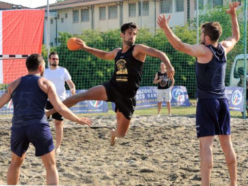 Alessio D'Attis protagonista della squadra di Beach Handball della Pallamano Ventimiglia
