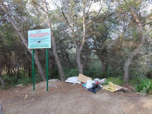 Sanremo: discarica abusiva in strada Magnan Collabella, ma stavolta i residenti hanno le immagini del 'furbetto' (Foto)