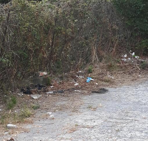 Sanremo: degrado e sporcizia in una stradina del Tinasso, i residenti chiedono al Comune un intervento