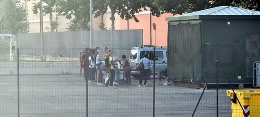 Ventimiglia: torna la distribuzione dei pasti ai migranti di fronte al Cimitero, preoccupazione dei residenti (Foto)