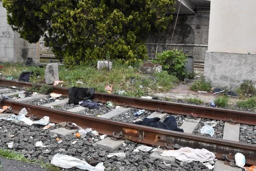 Ventimiglia: a pochi metri dall'inaugurazione del parcheggio il degrado lasciato dai migranti sulla ferrovia (Foto)