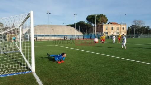 Daniele Miraglia, portiere della Dianese & Golfo, para un rigore contro il Celle Ligure: è lui il miglior portiere della settimana (foto Christian Flammia)