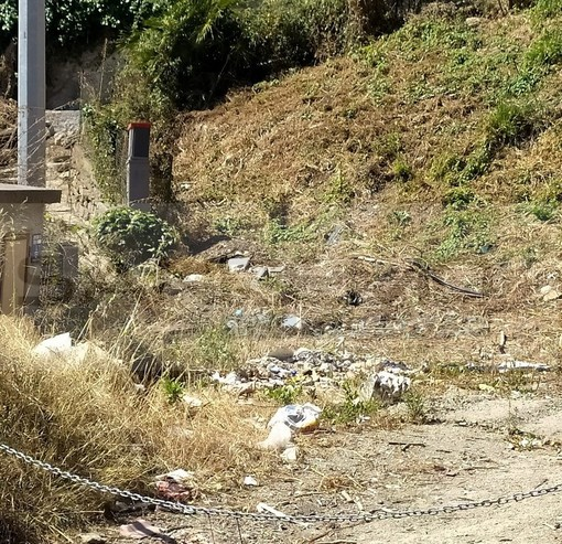 Sanremo: discarica a cielo aperto in via Padre Semeria alle 'acque minerali', la segnalazione (Foto)