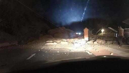 Ventimiglia: grossa frana si abbatte su corso Toscanini vicino al Forte, strada chiusa subito dopo località Ville