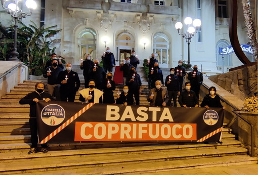 "Sanremo: flash mob di Fratelli d'Italia di fronte al Casinò per dire al Governo Draghi ""Basta Coprifuoco"" (Video)"