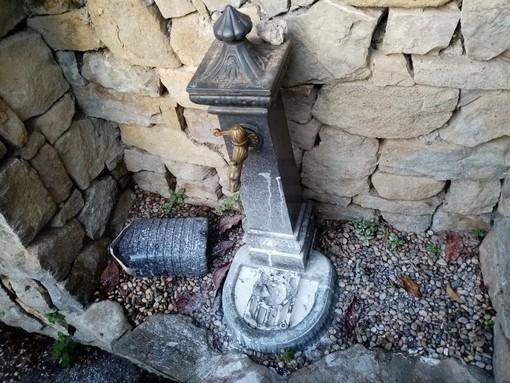 Vallebona: privati sciacquano pennelli e secchi di pittura nella fontanella, ecco il risultato (Foto)