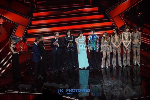 La premiazione sul palco dell'Ariston