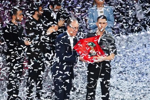Mahmood premiato sul palco dell'Ariston (Foto Duilio Rizzo)