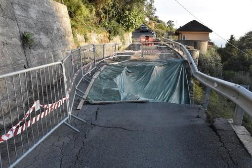 La frana in strada privata Valloni, a sinistra il camminamento che sarà messo in sicurezza
