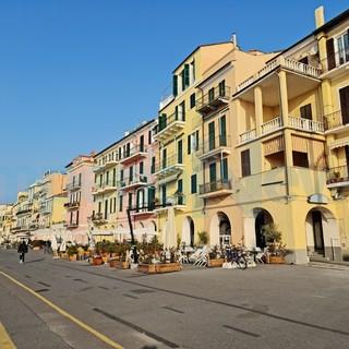"""Covid, il 40 per cento dei locali in Liguria non potrà riaprire dal 26 aprile, lo studio di Confcommercio, Calvi: """"Ripartenza lenta"""""""