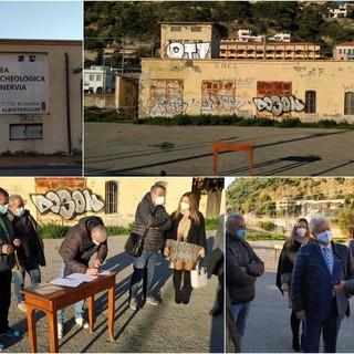 Le immagini della firma davanti alle ex cabine Enel