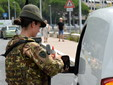 Militare effettua un controllo alla circolazione stradale