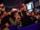 Laura Pausini esce dall'Ariston e abbraccia Sanremo cantando tra la gente (Foto)