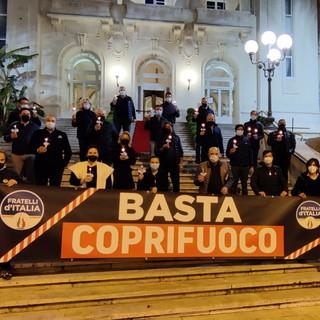 """Sanremo: flash mob di Fratelli d'Italia di fronte al Casinò per dire al Governo Draghi """"Basta Coprifuoco"""" (Video)"""
