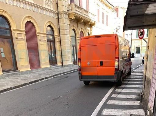 Imperia: furgone senza freno a mano si schianta contro un cartello, per fortuna nessun ferito (Foto)