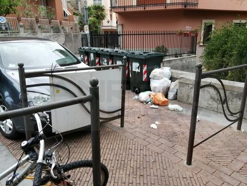 Sanremo: abbandono selvaggio di rifiuti in piazza San Bernardo, lettrice torna alla carica (Foto)