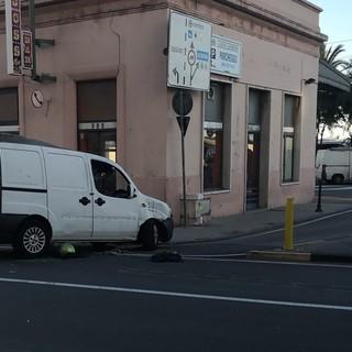Sanremo: scontro scooter-furgone in piazza Cesare Battisti, un ferito lieve e dinamica da accertare (Foto)
