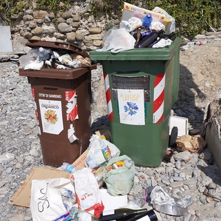 Sanremo: immondizia da giorni sulla spiaggia libera al confine con Arma, la segnalazione di un lettore