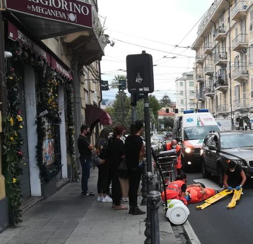 Sanremo: operatore di Amaie Energia investito da un'auto in via Roma, per fortuna non è grave (Foto)