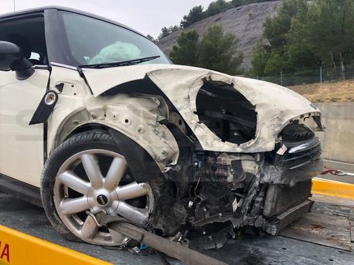 Sanremo: incidente in una galleria dell'autostrada A10, 30enne perde il controllo dell'auto. Mobilitazione di soccorsi (Foto)